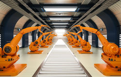 Bras robotiques avec la ligne de convoyeur Images libres de droits