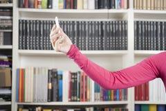 Bras rose avec le téléphone Photos libres de droits
