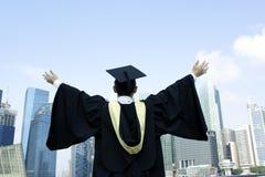 Bras tendus par diplômé urbain images libres de droits