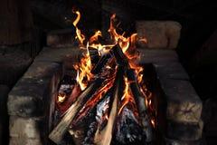 Brasa som bränner i ugnen arkivfoto