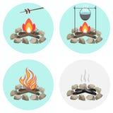 Brasan en kruka på branden, steker korven på insatsen, aska, kol, vedträ royaltyfri illustrationer
