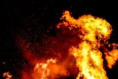 Brasan vrålar med enorma flammor på Guy Fawkes Night Royaltyfri Fotografi