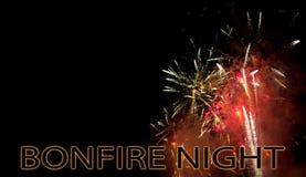 Brasanatten, November 5th, UK firar den Guy Fawkes natten med fyrverkerier med copyspace Fotografering för Bildbyråer