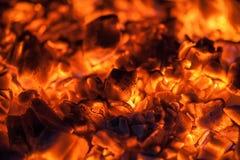 Brasas alaranjadas brilhantes em um fogão de madeira Fotografia de Stock Royalty Free