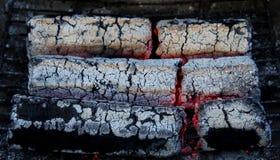 Brasas de incandescência dos carvões amassados de madeira imagem de stock