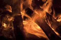 Brasas encarnados de um fogo do acampamento Imagens de Stock