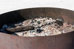 Brasas no soldador, no carvão vegetal e em cinzas circulares do ferro após o cookin Foto de Stock