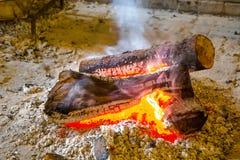 Brasero avec des charbons brûlants photos stock
