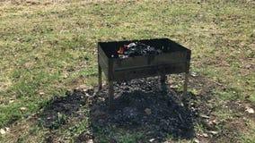 Brasero del Bbq del metal con humo almacen de video