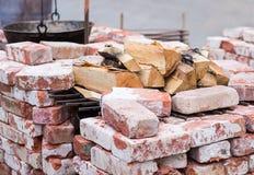 Brasero doblado de ladrillos en cal, a prueba de calor con una acción de la leña del abedul Imagen de archivo libre de regalías