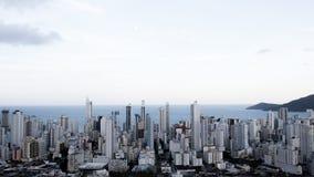 Brasil, Balneario Camboriu, 02 11 2017: Opinião aérea da cidade de t fotos de stock