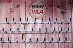 Brasil, Blumenau, ataúde Vila, 5 11 2017: Torneiras de prata da cerveja no fotografia de stock royalty free