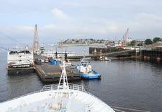 Brasil, Manaus/porto: Doca de flutuação com Riverboats e rebocador imagens de stock royalty free