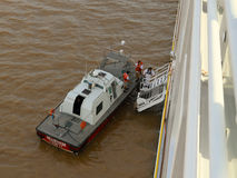 Brasil: Piloto Boat no Rio Amazonas - navio de Stepping Aboard Cruise do piloto fotografia de stock