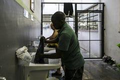 Brasil - San Paolo - A ONG Sermig - os banheiros do dormitório foto de stock royalty free