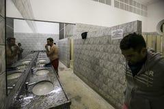 Brasil - San Paolo - A ONG Sermig - os banheiros do dormitório imagem de stock