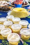 Brasileño Curau con canela en tazas plásticas fotografía de archivo