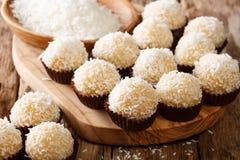 Brasileño delicioso sweets beijinhos de coco con leche condensada fotos de archivo