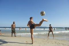 Brasileños de Carioca que juegan la playa Altinho Keepy Uppy Foto de archivo libre de regalías