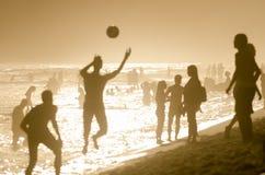 Brasileños que juegan al fútbol Río de Altinho Keepy Uppy del fútbol de la playa imagenes de archivo