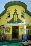 Brasileirinho es un restaurante de la esquina colorido en Ilhabela, el Brasil Foto de archivo libre de regalías