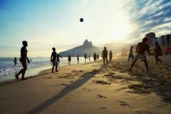 Brasileiros de Carioca que jogam o futebol da praia de Altinho Futebol Fotografia de Stock Royalty Free
