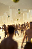 Brasileiros de Carioca que jogam o futebol do futebol da praia de Altinho Futebol Imagem de Stock