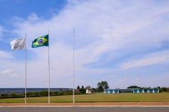 Brasilia, Brasile, il 7 agosto 2018: Palazzo di Alvorada, progettato da Oscar Niemeyer, con il Mercosur e la bandiera brasiliana, fotografia stock