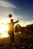 Brasilianer, die Strand-Fußball-Fußball Altinho Keepy Uppy Futebol spielen Stockfotos
