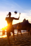 Brasilianer, die Strand-Fußball-Fußball Altinho Keepy Uppy Futebol spielen Lizenzfreie Stockfotos