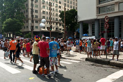 Brasilianer i gatan under karneval fotografering för bildbyråer