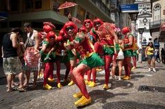 Brasilianer i gatan under karneval royaltyfri foto