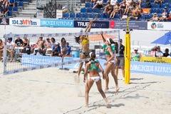 Brasilianer setzen Salvenspieler Taiana Lima und Talita Antunes V auf den Strand lizenzfreies stockfoto