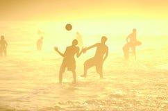Brasilianer som spelar fotboll för Altinho Keepy Uppy Futebol strandfotboll Arkivfoton