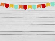 Brasilianerjuni-Partei, festa junina Modell Geburtstags- oder Babypartymodellszene Parteipapierflaggen Hölzerner Hintergrund Stockfoto