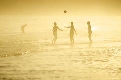 Brasiliani che giocano calcio di calcio della spiaggia di Altinho Keepy Uppy Futebol Fotografia Stock Libera da Diritti
