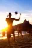 Brasiliani che giocano calcio di calcio della spiaggia di Altinho Keepy Uppy Futebol Fotografie Stock Libere da Diritti
