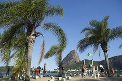 Brasiliani che si esercitano all'aperto alla montagna di Sugarloaf Immagine Stock