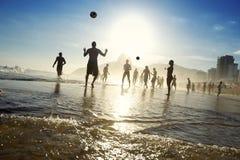 Brasiliani di Carioca che giocano calcio della spiaggia di Altinho Futebol Fotografie Stock Libere da Diritti
