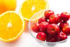 Brasilianische Acerola-Kirsche und orange Frucht Lizenzfreie Stockfotos