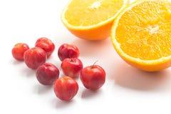 Brasilianische Acerola-Kirsche und orange Frucht Lizenzfreie Stockfotografie