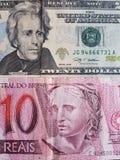 brasilianische Banknote von 10 Reais und Dollarschein mit zwanzig Amerikanern, von Hintergrund und von Beschaffenheit Stockbilder