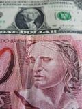 brasilianische Banknote von 10 Reais und ein amerikanischer Dollarschein, Hintergrund und Beschaffenheit Stockfotos