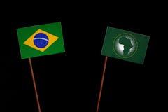 Brasilianische Flagge mit der Flagge der Afrikanischen Union lokalisiert auf Schwarzem Lizenzfreies Stockbild