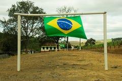 Brasilianische Flaggen in einem kleinen Fußballplatz Stockfotografie
