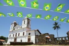 Brasilianische Flaggen-mit dem Kopfe stoßende weiße Kolonialkirche Nordeste Brasilien Stockfoto