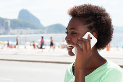 Brasilianische Frau bei Rio de Janeiro, der am Telefon spricht Lizenzfreies Stockfoto