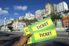 Brasilianische Hand, die zwei Karten zum Ereignis in Pelourinho Salvador Brazil hält Stockbild