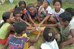 Brasilianische Kinder sitzen zusammen, um Bonbons zu essen Lizenzfreies Stockfoto