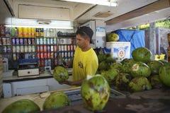 Brasilianischer Cocos Gelado-Verkäufer, der Kokosnüsse zubereitet Stockbilder